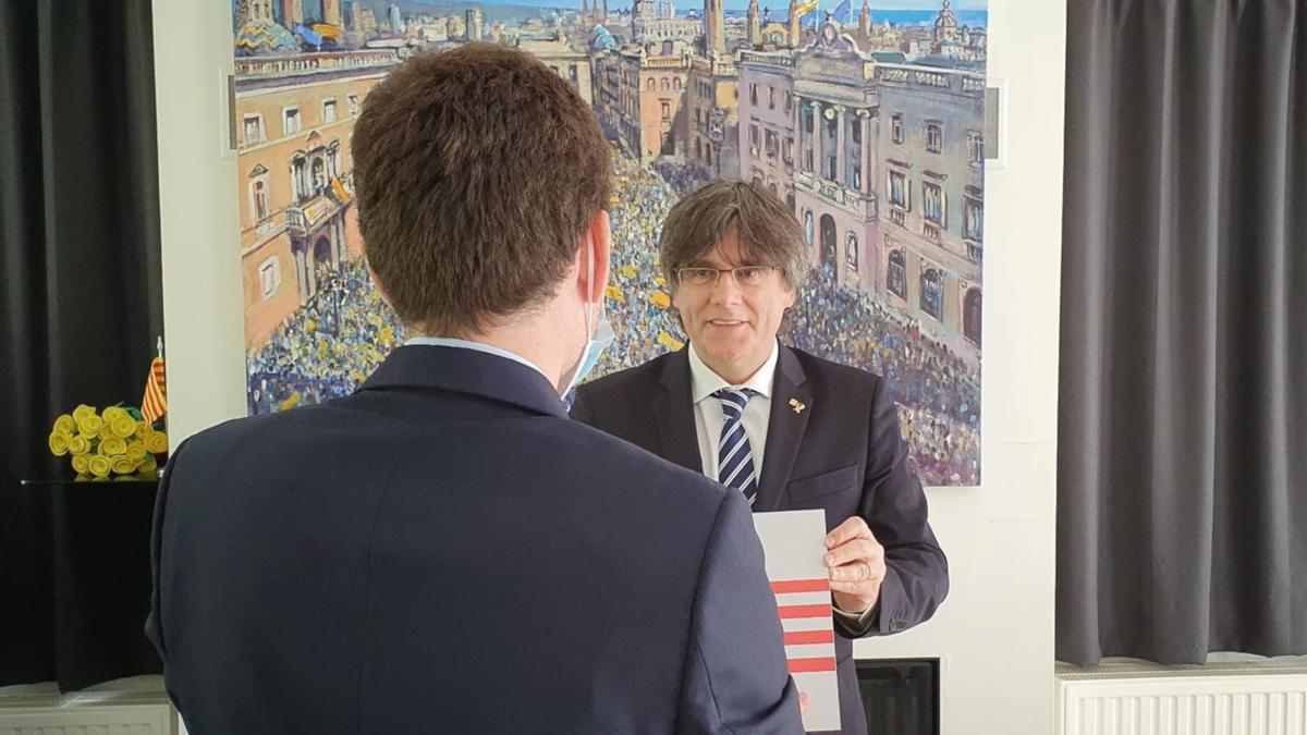 Carles Puigdemont rebent la placa del Consell per la República de mans del noi que la va robar