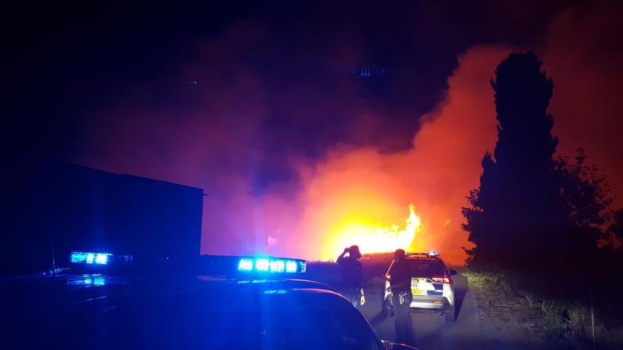 Un incendio azota a una zona de campo en Tavernes de la Valldigna