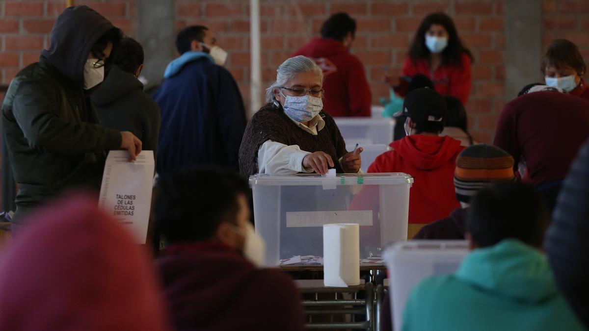 Votantes chilenos en un colegio electoral.