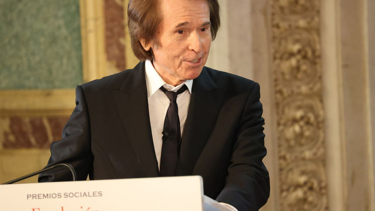 """Raphael ha recibido el """"Premio a toda una vida profesional"""" de la Fundación Mapfre de manos de la Reina Sofía"""