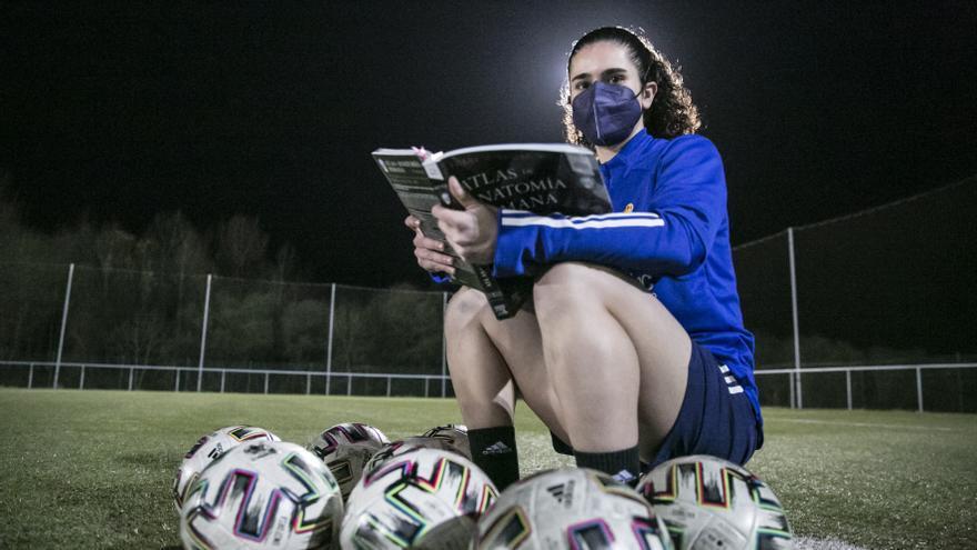 """Alejandra Moro, jugadora del Real Oviedo Femenino y estudiante de Fisioterapia: """"Hay que ser muy organizado para poder compatibilizarlo todo"""""""