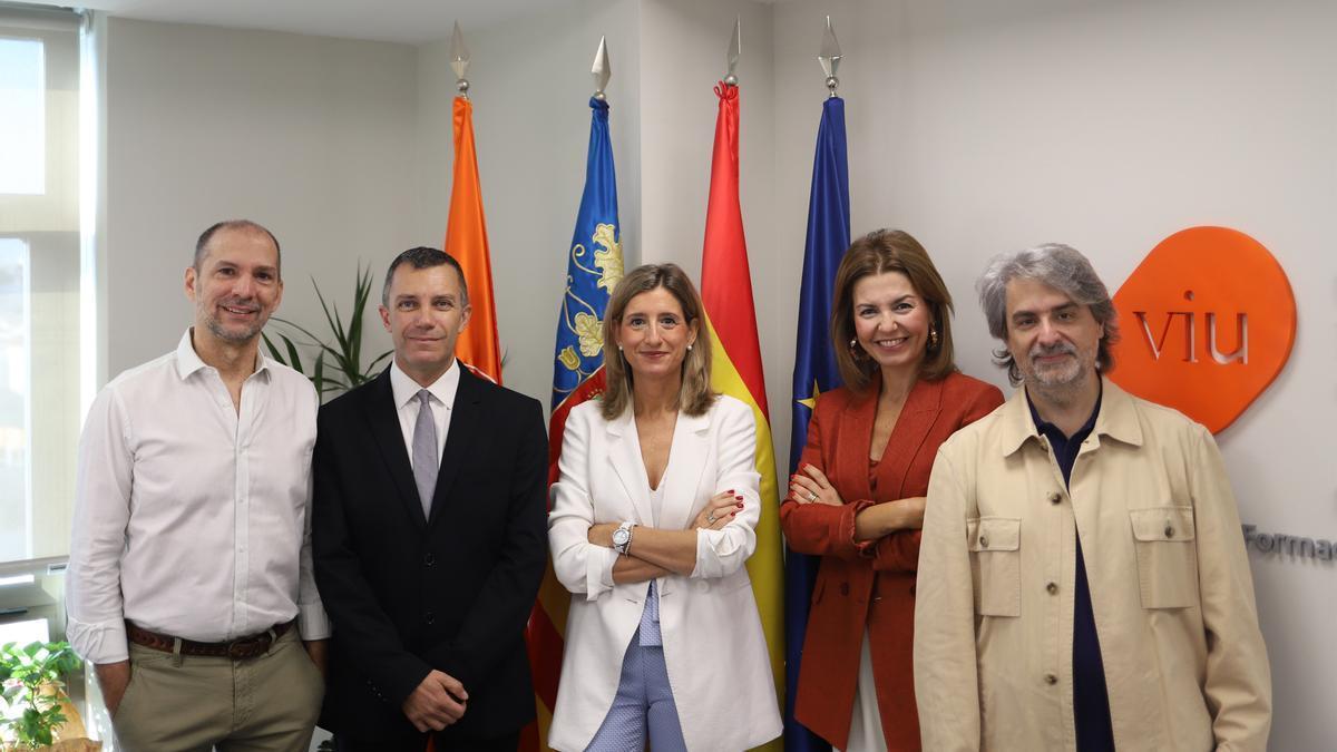 Los nuevos decanos y director, junto a la rectora de la VIU