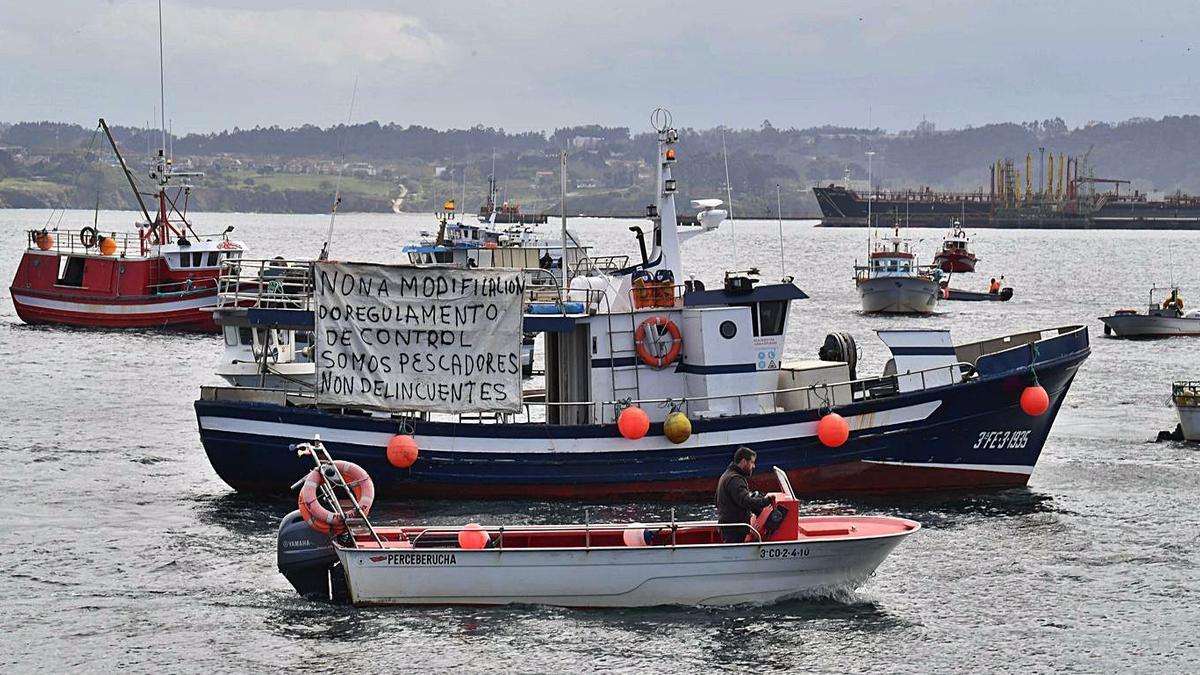 Protesta de la flota de bajura ayer en A Coruña. |   // VÍCTOR ECHAVE