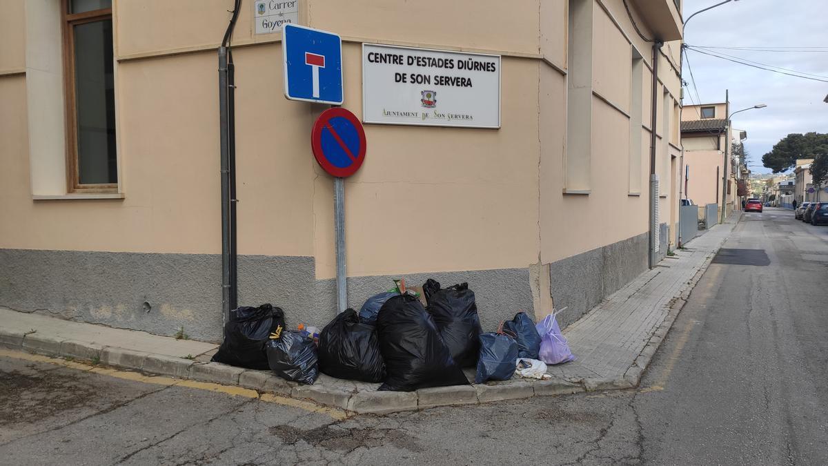 Los residuos empiezan a acumularse en las calles de Son Servera.