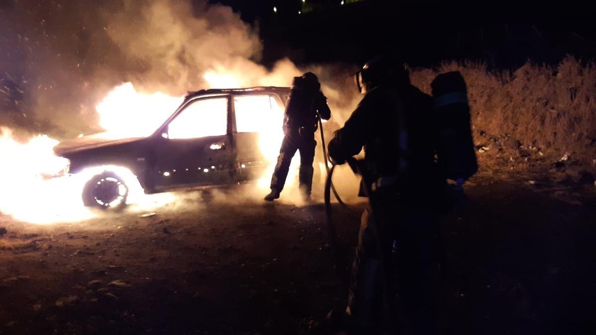 Los bomberos sofocan el incendio de un coche, con un cadáver en el interior