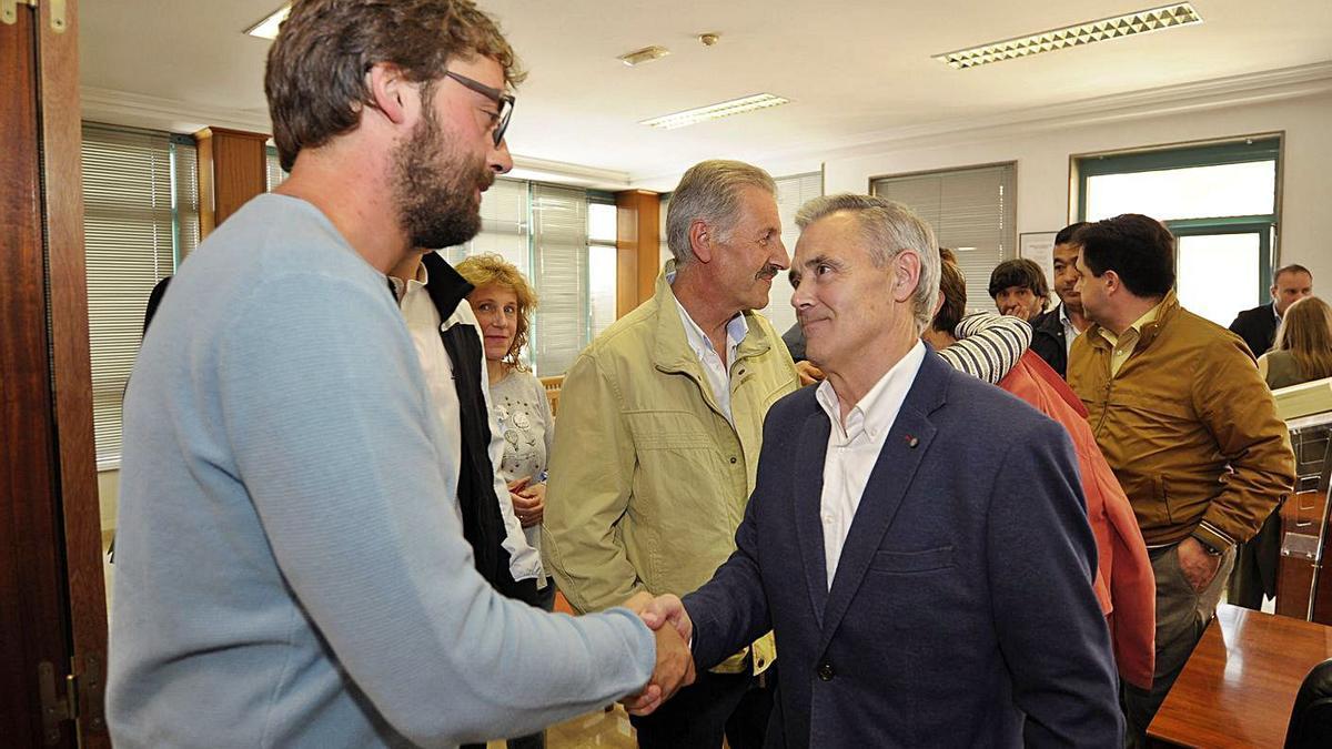 Álex Fiuza saluda a Luis Taboada, tras el pleno de investidura, en junio de 2019. |   // BERNABÉ/JAVIER LALÍN