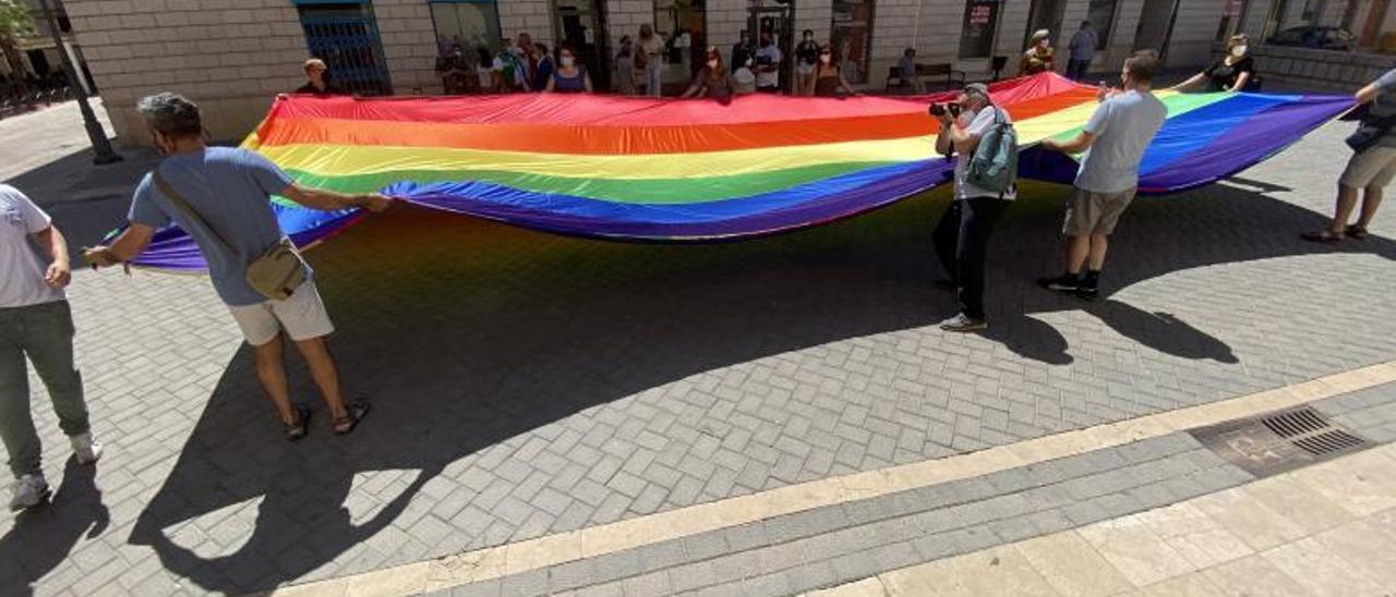 Miembros de Gailes, ayer, al extender la bandera arcoíris. | EMMA SANCHIS
