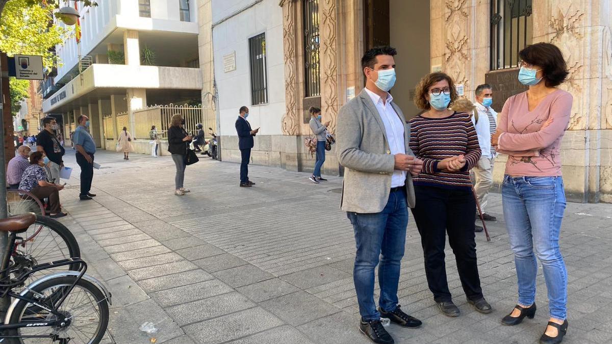 """IU denuncia las colas diarias que se dan en el registro municipal por """"mala administración"""""""