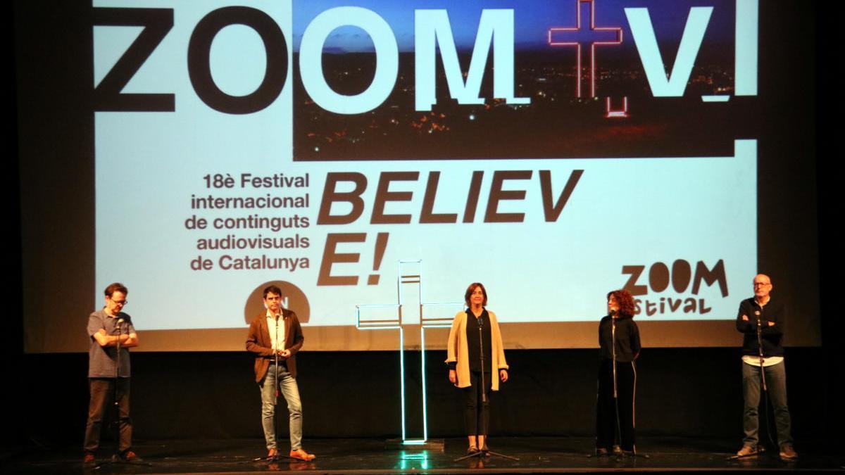 Pla general de l'escenari del Teatre de l'Ateneu d'Igualada durant la presentació del 18è festival Zoom aquest 13 d'octubre de 2020