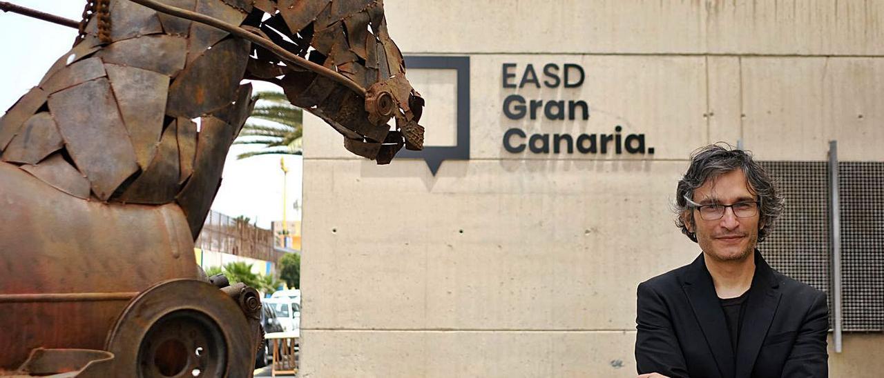 Pedro López Montesdeoca, a las puertas de la Escuela de Arte y Superior de Diseño de Gran Canaria.     JOSÉ CARLOS GUERRA