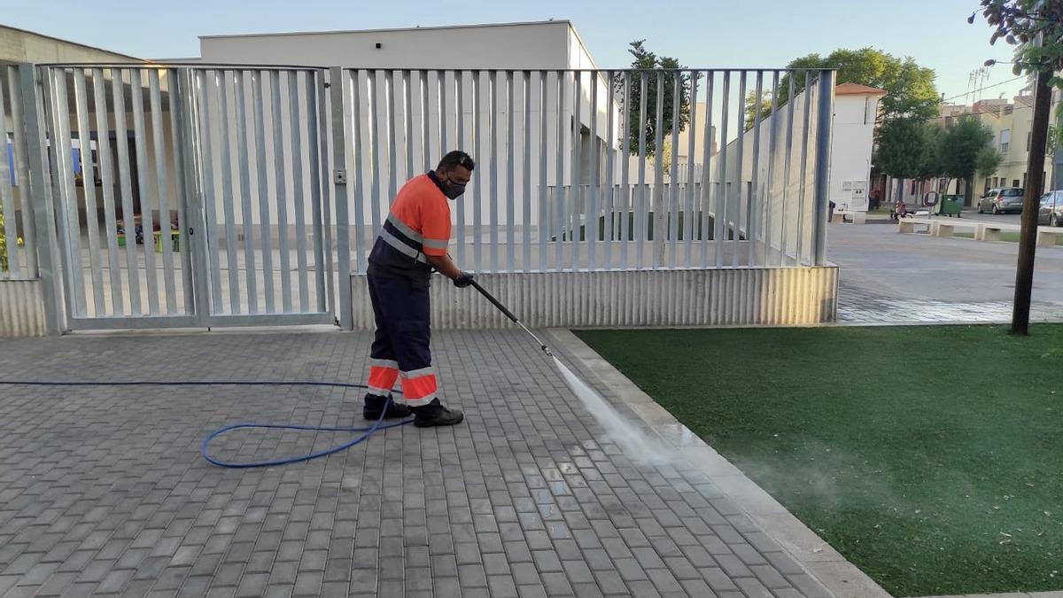 Un operario de limpieza durante su trabajo en un colegio de Almassora.