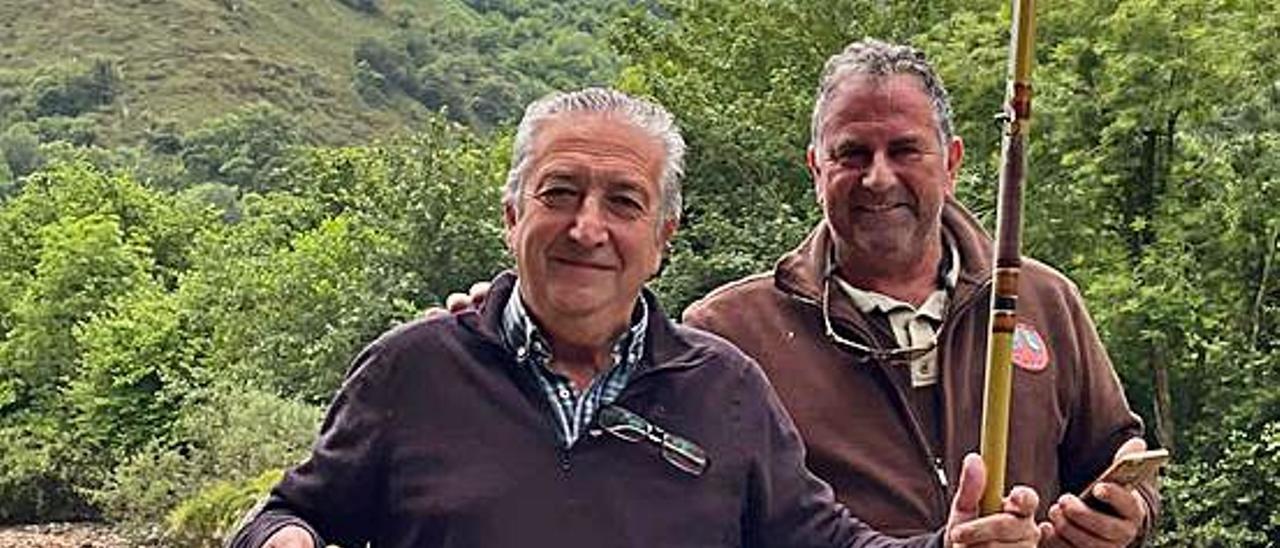Antón Puente, con Cuco Mori. A la derecha, Omar Alonso y sus truchas del Sella.   J. M. C.