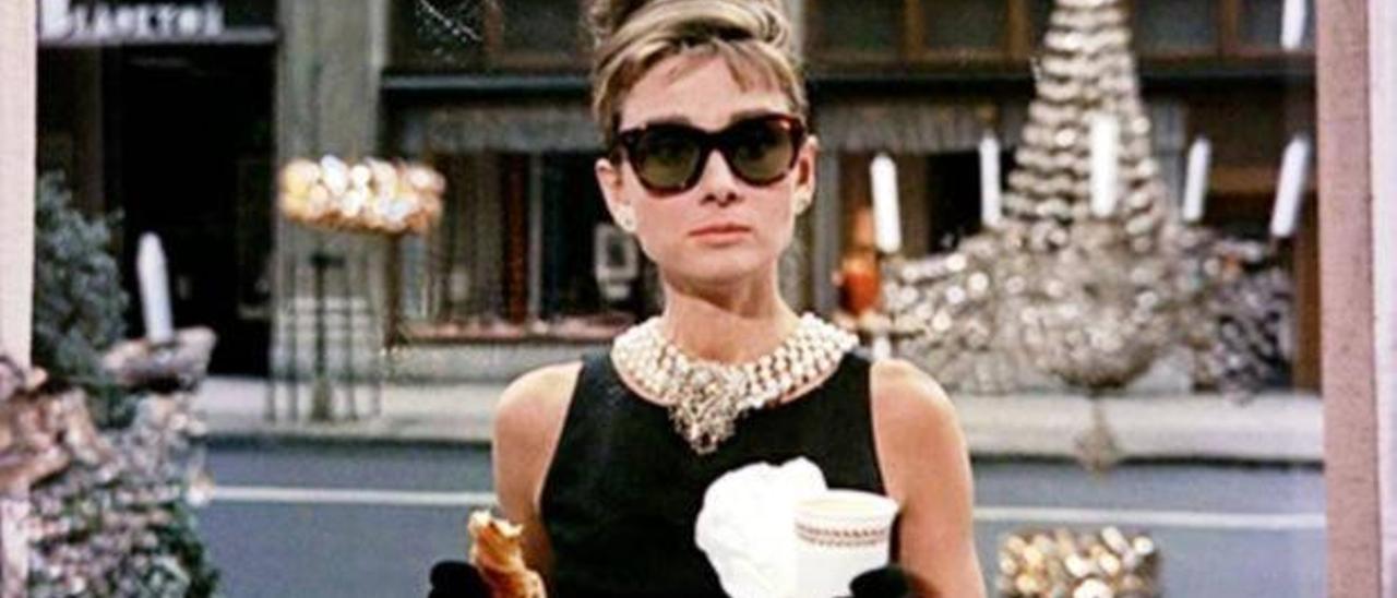 """Audrey Hepburn, croissant en mano, en """"Desayuno con diamantes""""."""