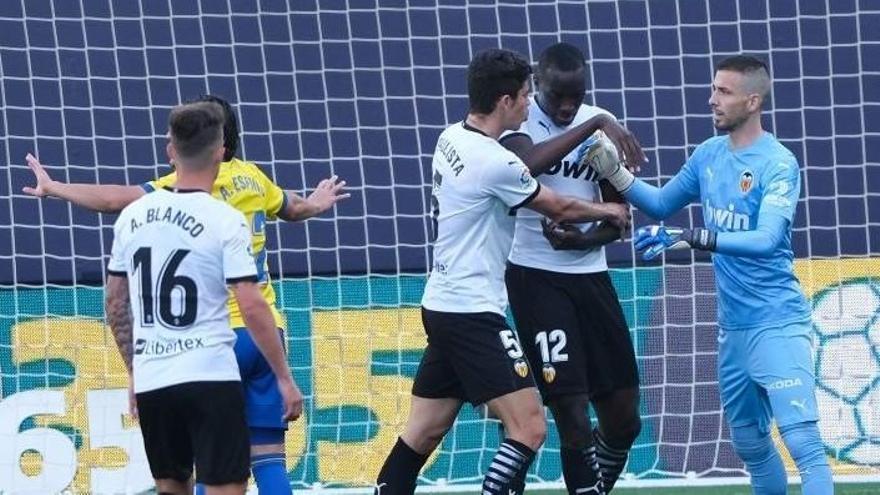 El Cádiz gana al Valencia un partido marcado por un insulto racista a Diakhaby