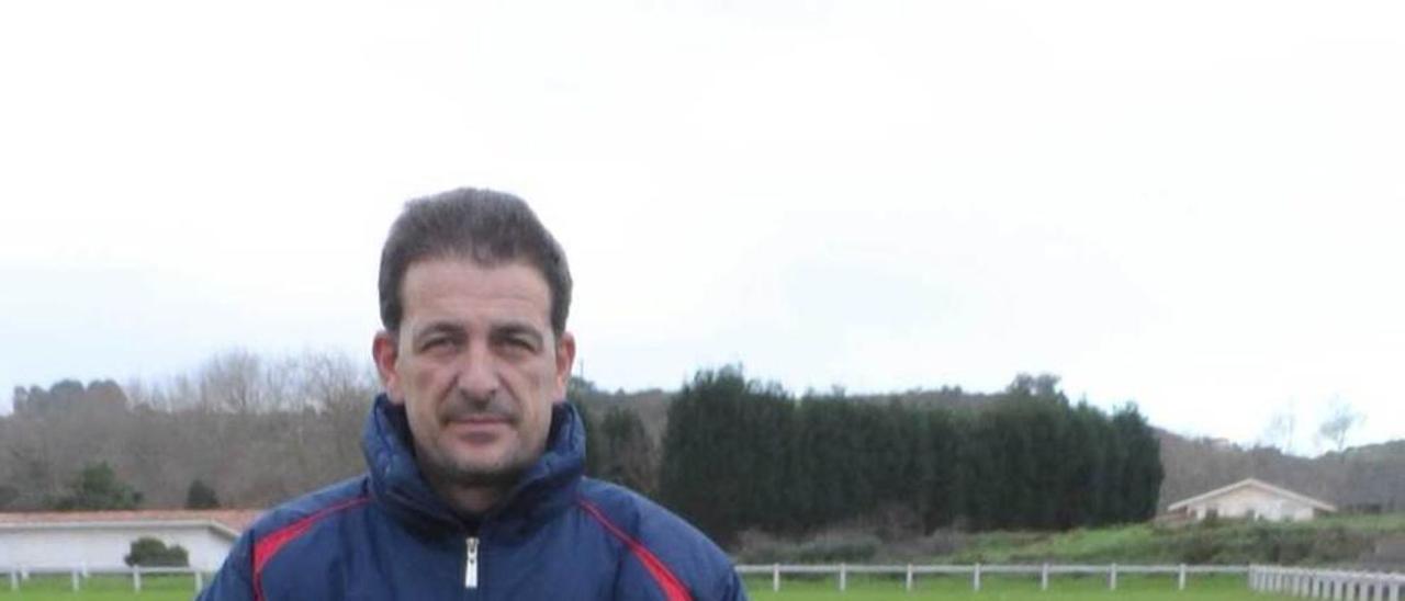 José Manuel Calvo, en el campo de fútbol del Victoria, en Perlora.