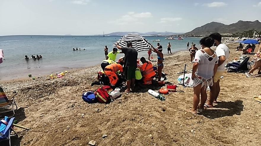 Salvan la vida a un hombre que había entrado en parada mientras se bañaba en la playa