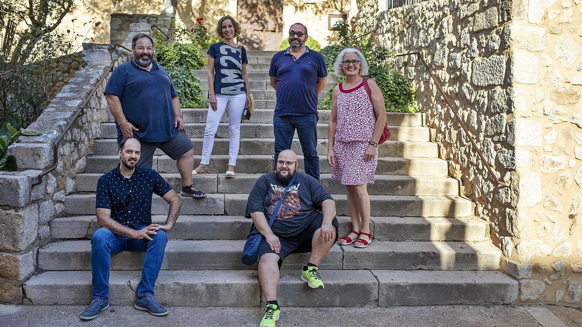 Alcaldes i alcaldesses de micropobles de la comarca reunits a la plaça Major de Vilanant