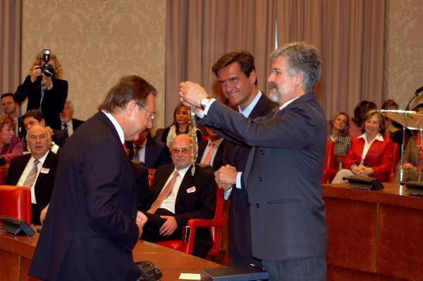 Mantilla Mantilla recibe del entonces presidente del Congreso, Manuel Marín la Imposición de la Gran Cruz de Honor de San Raimundo de Peñafort. // Alfaquil