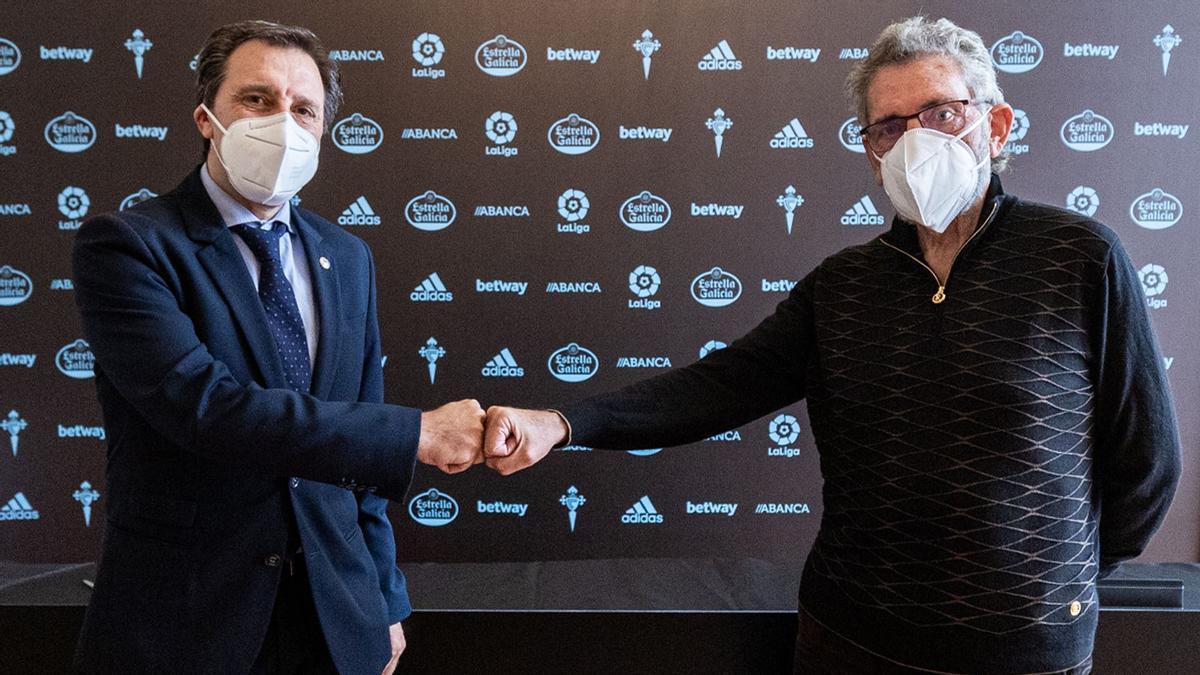 Felipe Miñambres choca el puño con Felipe Miñambres tras la firma de su nuevo contrato