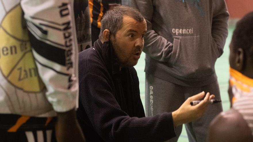 El Virgen de la Concha mantiene a su entrenador, Vicente González, a pesar de las presiones