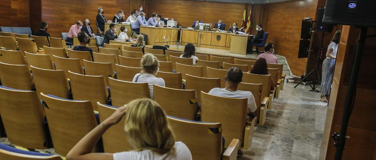 Los catorce acusados del juicio por narcotráfico que arrancó ayer repartidos en la sala de vistas.