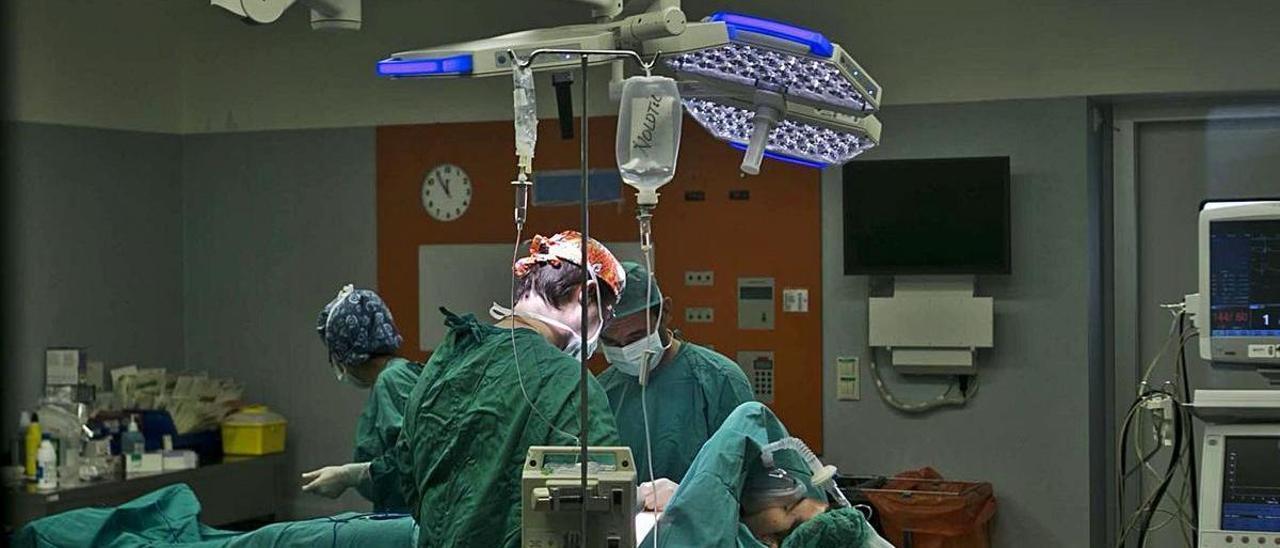 Intervención quirúrgica en un quirófano de la provincia, en una foto de archivo.