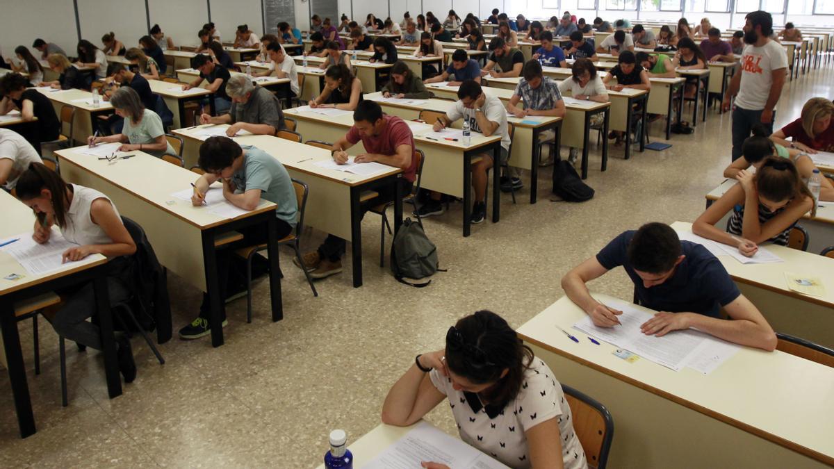 Los exámenes de valenciano, en una anterior convocatoria.