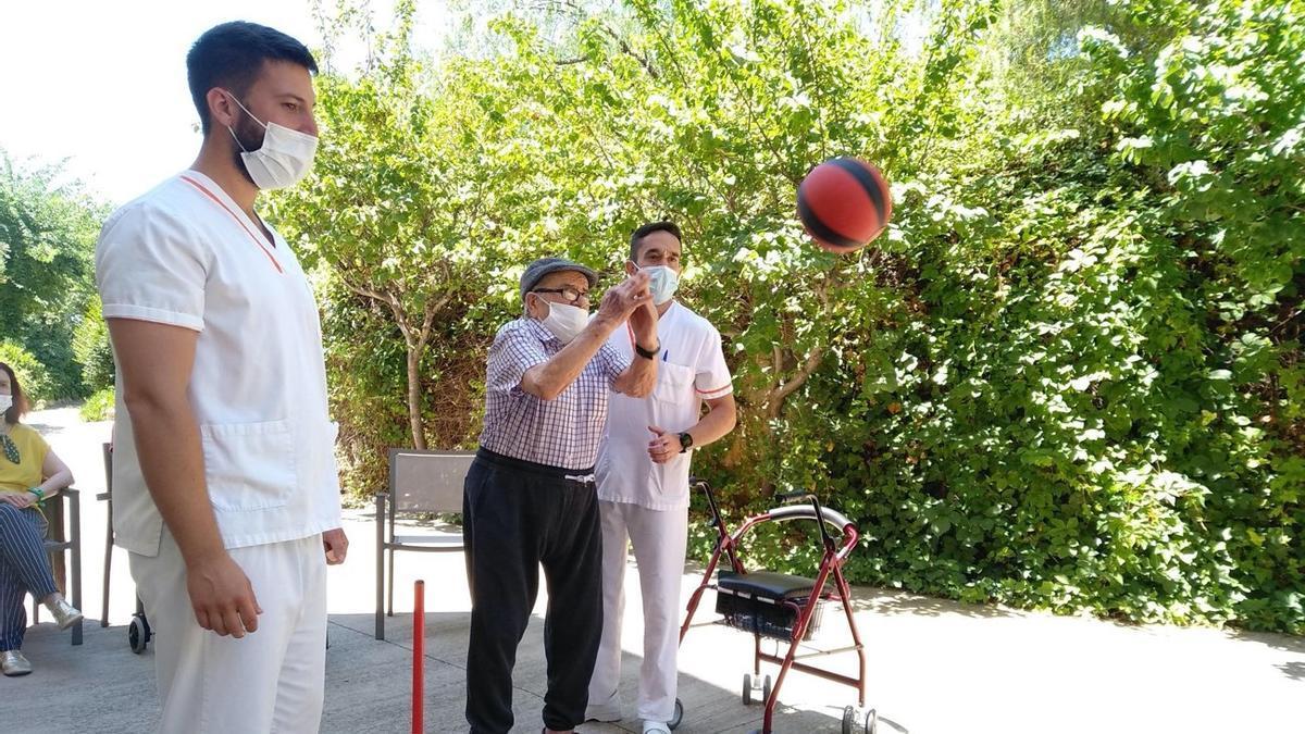Actividades deportivas en la residencia DOMUS VI de Llíria