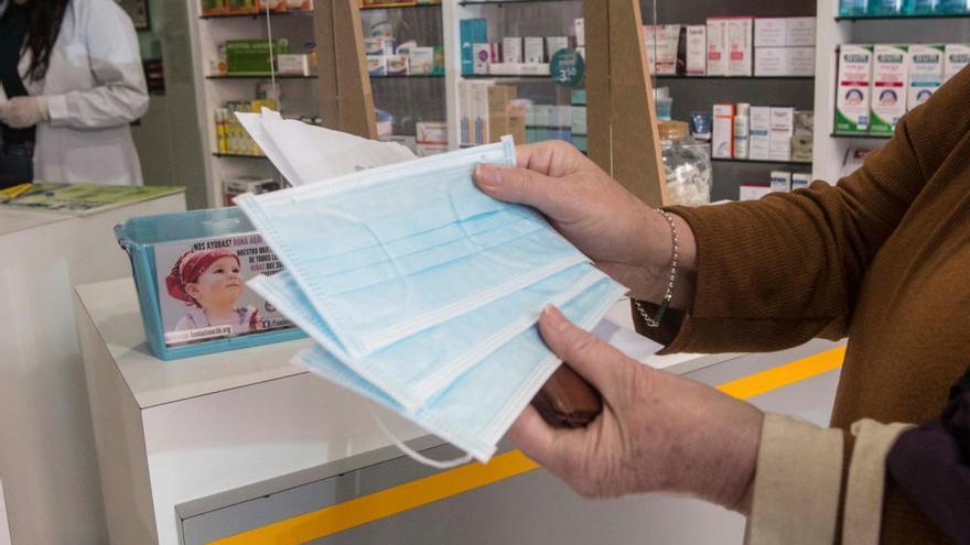 Las farmacias inician en Alicante el reparto de 1,3 millones de mascarillas para los mayores y crónicos
