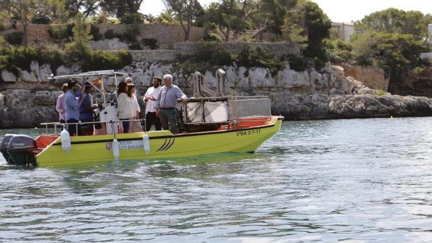 Müllboote fischen tonnenweise Plastik aus dem Meer vor Mallorca