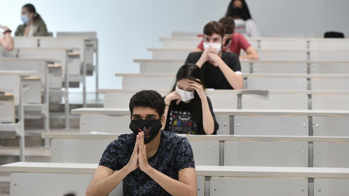 Estudiantes preuniversitarios durante las pruebas EBAU realizadas en 2020.