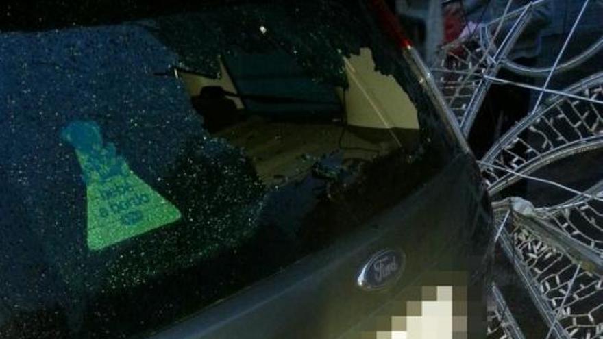 Las luces de una falla caen sobre los coches en València