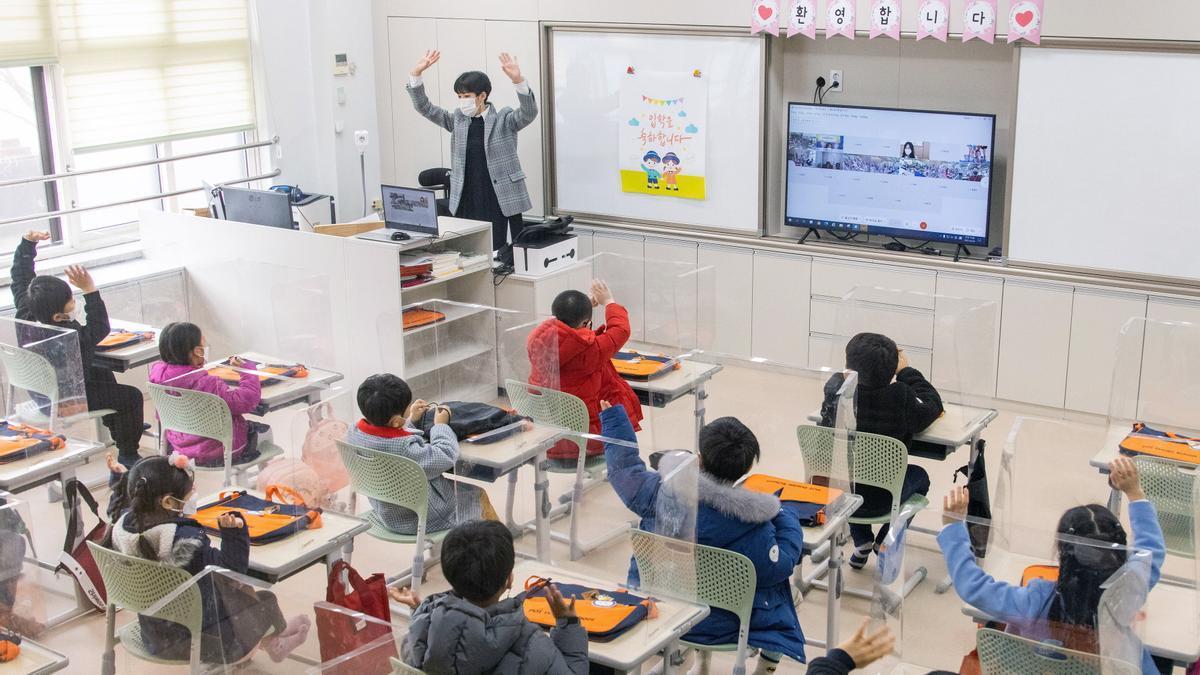 Alumnos de una escuela en Seúl atienden a su profesora.
