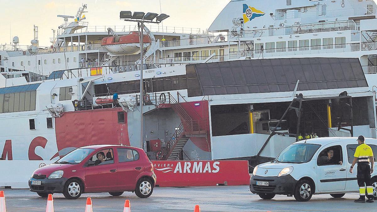 Un ferri de la Naviera Armas en el momento del embarque de vehículos.