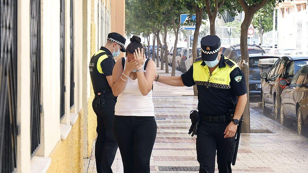Una testigo del crimen, acompañada por la Policía.