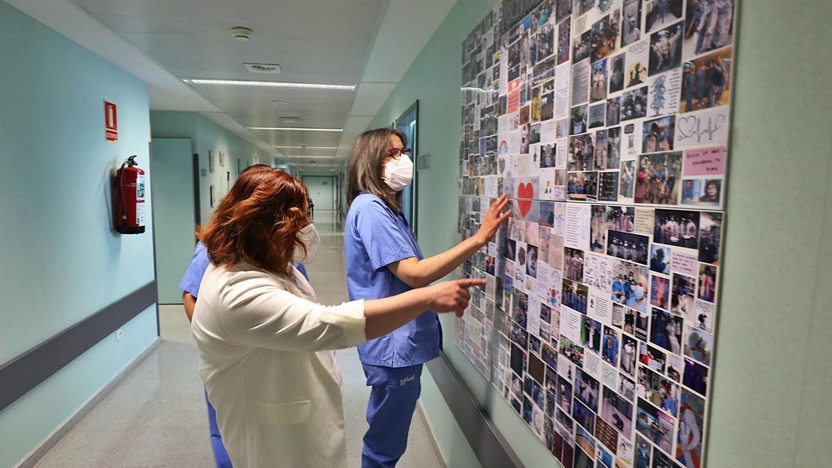 33 Tres enfermeras de la uci del hospital universitario Miguel Servet observan un panel conmemorativo a su labor.   ÁNGEL DE CASTRO
