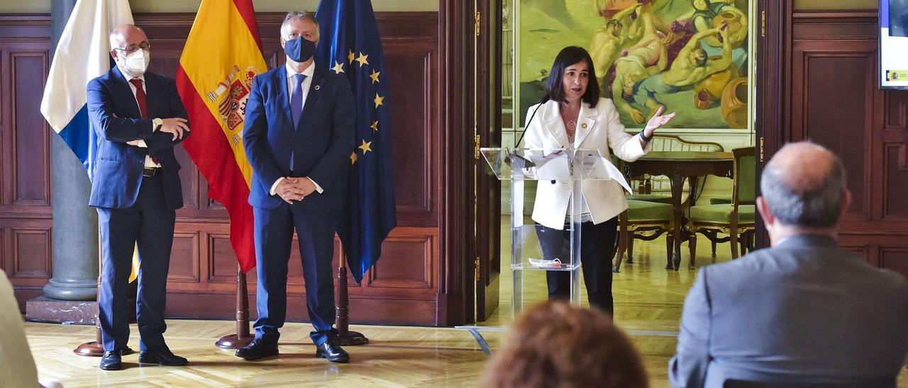 La ministra Carolina Darias en el atril. A su izquierda, Antonio Morales, presidente del Cabildo, y  Ángel Víctor Torres, presidente del Ejecutivo regional.