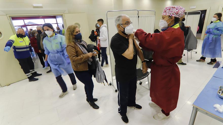 Los mayores entre 75 y 79 años reciben su dosis en el Enrique Roca