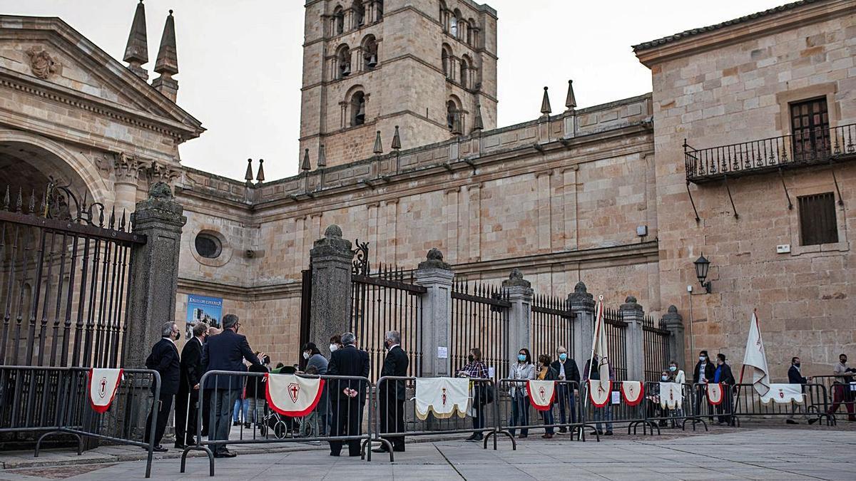 Arriba, colas de fieles para entrar en la Catedral. Junto a estas líneas, el Cristo de las Injurias, en el trascoro.