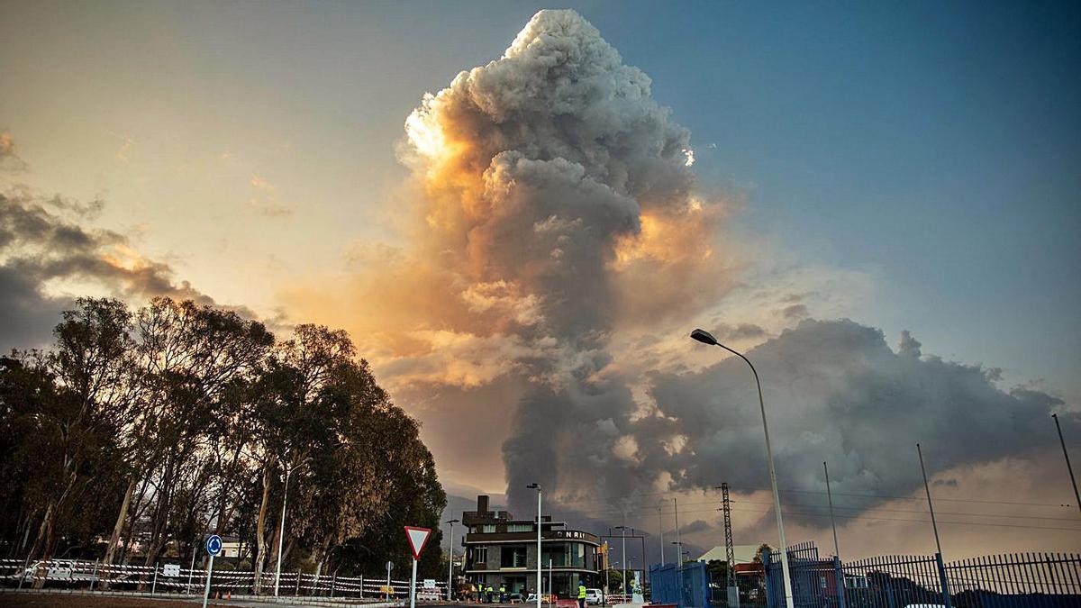 El volcà genera un enorme núvol de cendra que va provocar la cancel·lació de vols.   EUROPA PRESS