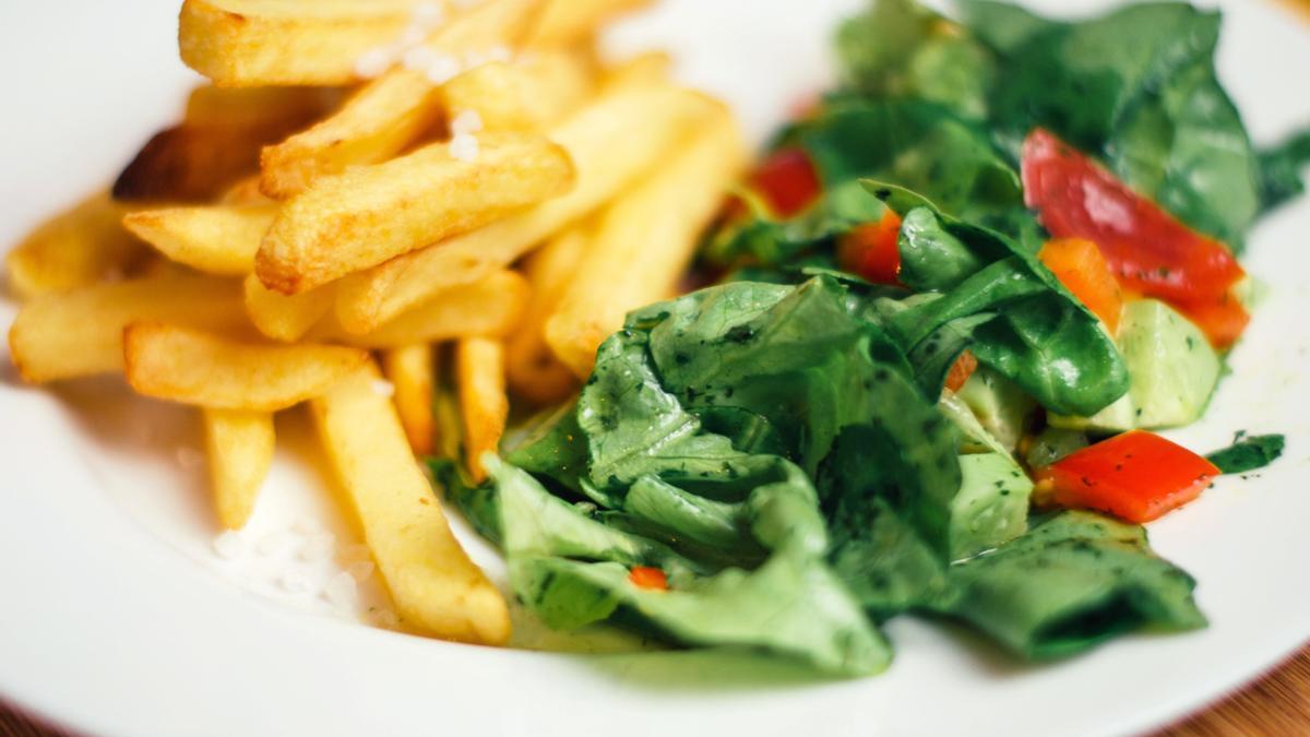Papas fritas con ensalada.