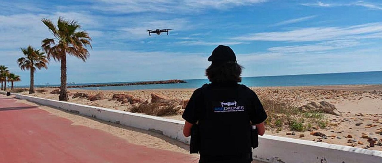 El dron que sobrevuela las playas del Puig durante los fines de semana.   L-EMV