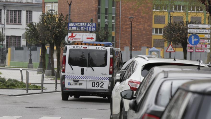 Detenido un hombre por golpear a su pareja en una calle de Langreo
