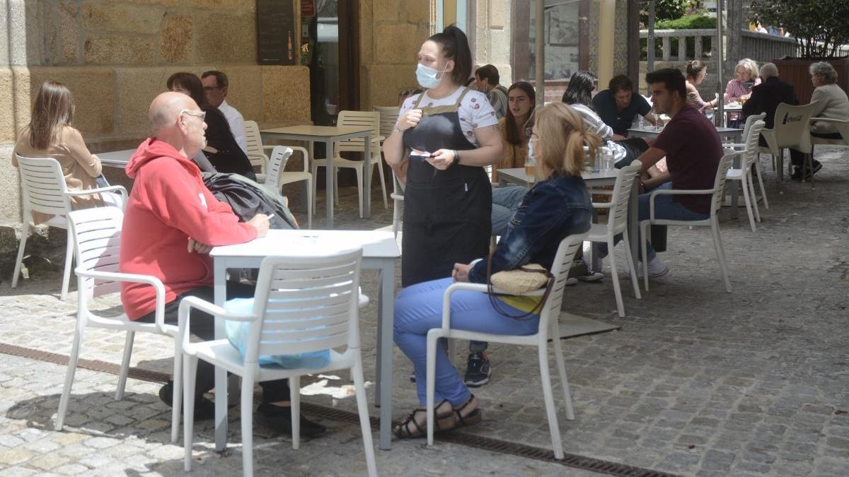 Clientes en una terraza de Sanxenxo. // Rafa Vázquez