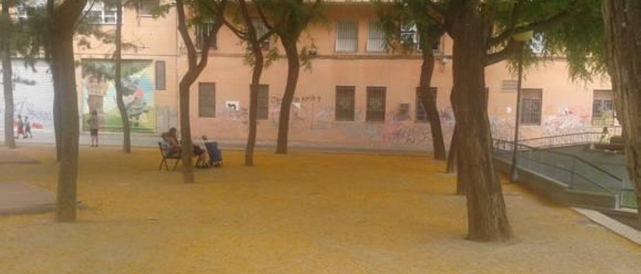 Un manto amarillo cubre  la plaza de Manuel Granero