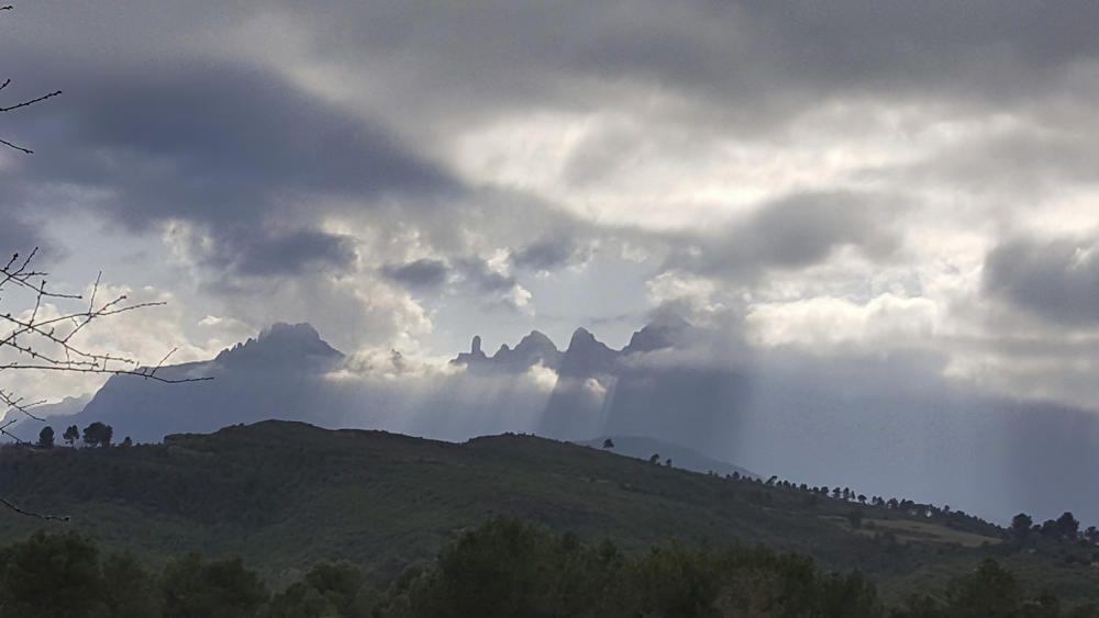 Montserrat tapat de núvols, des de Castellgalí.