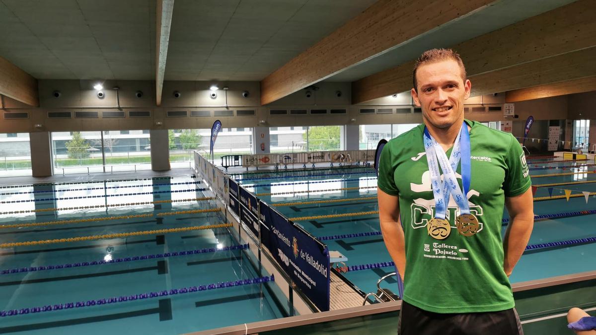 El nadador Pedro Serrano, con las medallas conquistadas en Valladolid.