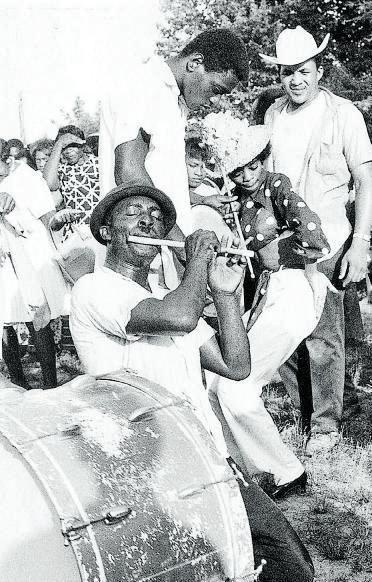 Napoleon Strickland, tocando el pífano en una fiesta en Como, Misisipí, en 1967.