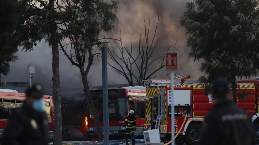 Galería: Espectacular incendio en las cocheras de la EMT de Valencia