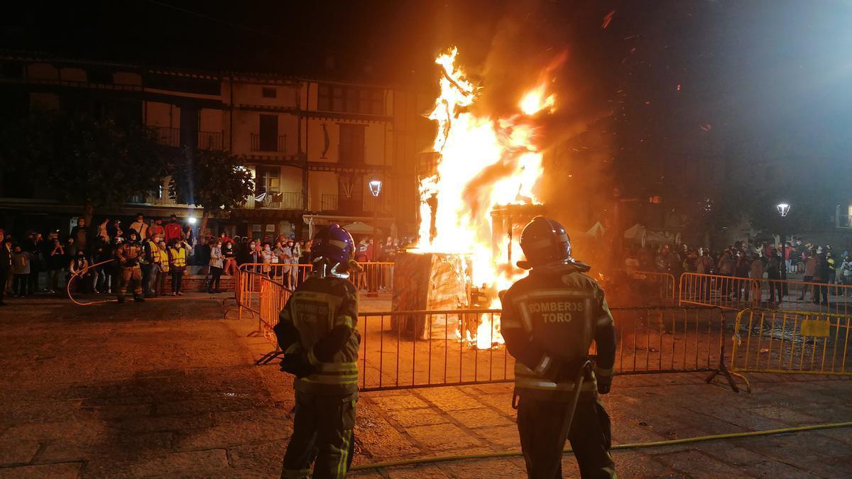 Bomberos de Toro controlan la hoguera de La Glorieta para evitar incidentes